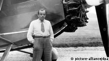 Der französische Schriftsteller Antoine de Saint-Exupery posiert vor seinem Flugzeug (Undatierte Aufnahme). Saint-Exupery (eigentlich Antoine Marie Roger Graf von Saint de Exupery) wurde am 29. Juni 1900 in Lyon geboren. Seine literarisches Werk ist entscheidend geprägt von seinen Erfahrungen als Pilot, die er in Lebensweisheiten umsetzte. Bekannt wurde er durch seine Erzählung Der kleine Prinz (1943), in der er seine Lebensphilosophie in ein Märchen kleidete. Saint-Exupery gilt seit dem 31. Juli 1944 als verschollen. Er wurde vermutlich bei einem Aufklärungsflug über Korsika von deutschen Jägern abgeschossen. |