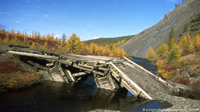 Gefährliche Brücken Holzbrücke Kolyma Fluss in Sibirien (picture-alliance/Zumapress/S. Fomine)