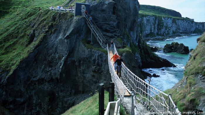 Gefährliche Brücken Carrick-a-Rede Rope Bridge in Irland (picture-alliance/Arco Images/K. Loos)