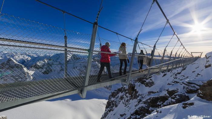 Gefährliche Brücken Titlis Cliff Walk in der Schweiz (Imago/Eibner)