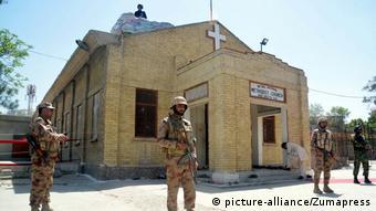 Pakistan Sicherheitskräfte vor Kirche in Quetta (picture-alliance/Zumapress)