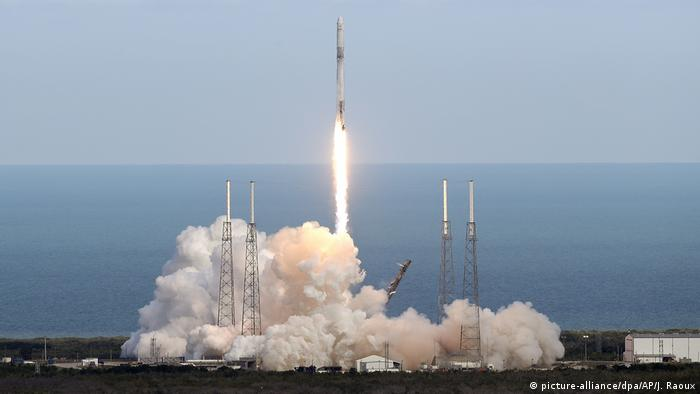 SpaceX Flacon 9 launches with Dragon capsule in Florida, April 2 2018 (picture-alliance/dpa/AP/J. Raoux)