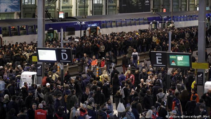 Crowds stand on a train platform in France (picture-alliance/dpa/F. Mori)