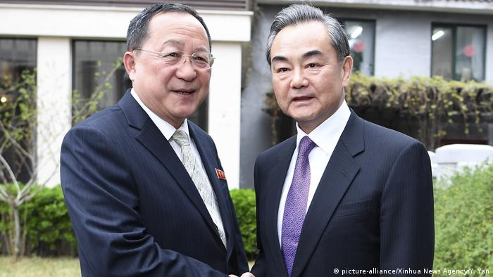 China Außenminister Wang Yi & Ri Yong Ho, Außenminister Nordkorea in Peking (picture-alliance/Xinhua News Agency/Y. Yan)