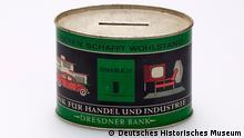 """Blech-Spardose mit Werbeaufdruck der Dresdner Bank """"Sparen schafft Wohlstand"""", nach 1949 © Deutsches Historisches Museum"""