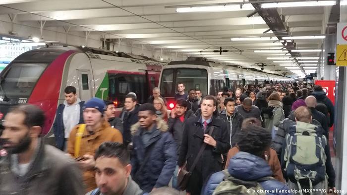 We Francji jeździł w wtorek średnio tylko co ósmy pociąg dalekobieżny i co piąty pociąg w ruchu regionalnym