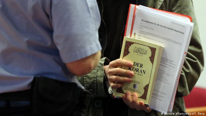 Салафит держит в руках Коран