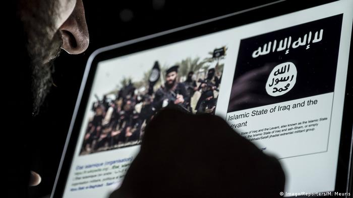 Islamist content is shown on a computer (Imago/Reporters/M. Meuris)