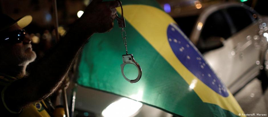 Diferenças nas visões políticas são vistas por 54% dos consultados no Brasil como a maior causa de tensão dentro da sociedade