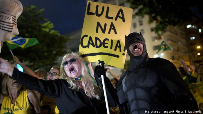 Protesters holding a sign that read: Lula in prison