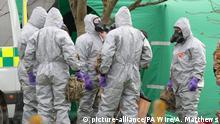 14.03.2018, Großbritannien, Gillingham: Soldaten tragen Schutzanzüge während der Ermittlungen zur Vergiftung des Ex-Doppelagent Skripal und dessen Tochter. Beide waren am 4. März bewusstlos auf einer Parkbank entdeckt worden. (Zu dpa Experte: «Keine präzise» Quelle für Gift im Fall Skripal) Foto: Andrew Matthews/PA Wire/dpa +++(c) dpa - Bildfunk+++ |