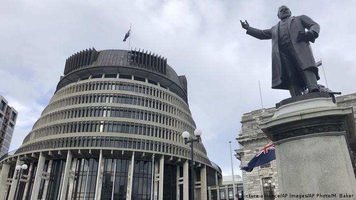 Neuseeland Wellington Parlament Statue Nationalfahne (picture-alliance/AP Images/AP Photo/M. Baker)