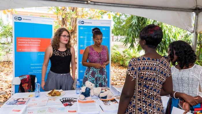 Die kulturweit-Freiwillige Tamara Keller (links) präsentiert die Projekte der DW Akademie in Accra, Ghana.