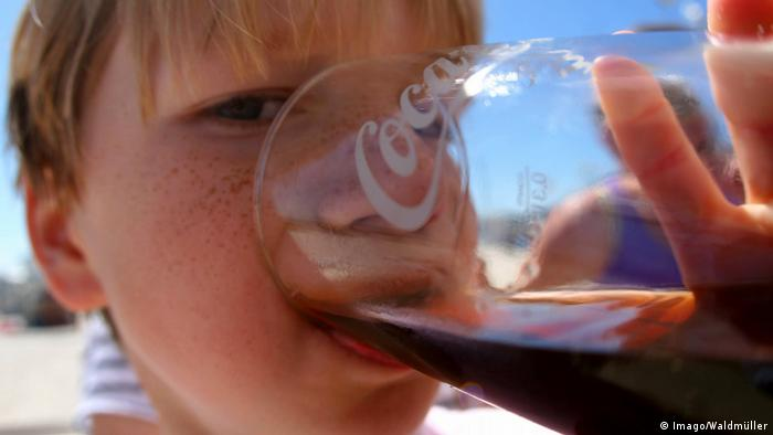 Child drinking Coca-Cola (Imago/Waldmüller)
