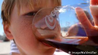 Kind trinkt Coca-Cola