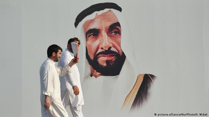 Abu Dhabi Wandbild Zayed bin Sultan Al Nahyan (picture-alliance/NurPhoto/A. Widak)