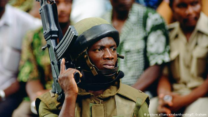 A Cameroonian soldier with his automatic gun (picture alliance/robertharding/T. Graham)