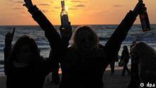 Zahlreiche junge Menschen feiern am Samstag (13.06.2009) am Strand von Westerland auf Sylt eine Beach-Party. Bis zu 4500 junge Menschen folgten nach Polizeiangaben einem Internet-Aufruf zu diesem Event. Initiator Stüber rief zu dieser Party auf, um sich von der Trennung von seiner Freundin zu trösten. Foto: Maurizio Gambarini dpa/lno +++(c) dpa - Report+++
