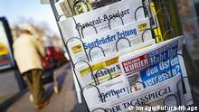 Symbolbild Ein Zeitungsständer mit Tageszeitungen an einem Kiosk auf den Kölner Ringen. Köln, 09.02.2018 *** A newspaper stand with newspapers at a kiosk on the Cologne ring Cologne 09 02 2018 Foto:xC.xHardtx/xFuturexImage