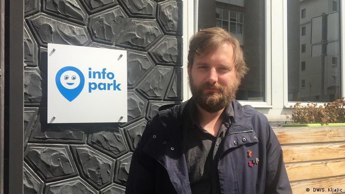 استبان تالالویچ برای info park کار میکند و به پناهجویانی که وارد صربستان میشوند کمک میکند