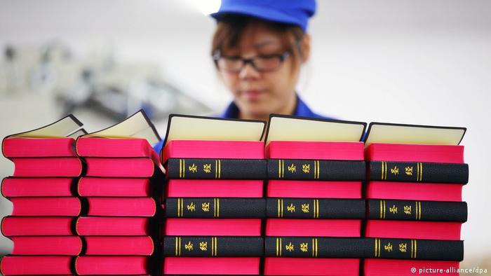 China druckt 100-millionste Bibel (picture-alliance/dpa)