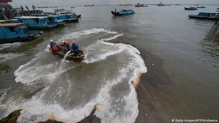 Indonesien Ölteppich in Borneo (Getty Images/AFP/Aridjwana)