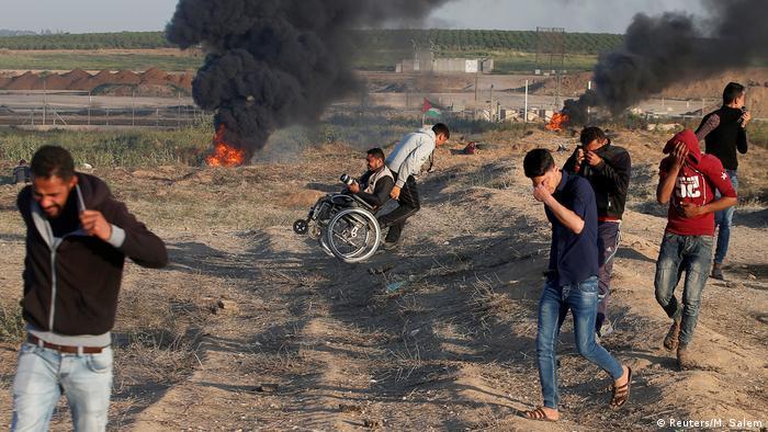 Miles de palestinos participan hoy en otra protesta multitudinaria de la Gran Marcha del Retorno en Gaza hacia la frontera con Israel, donde los espera el Ejército israelí. Según el Ministerio palestino ya hay un muerto y 40 heridos en las protestas, que suman hasta ahora al menos 23 muertos desde el viernes 30 de marzo. (6.04.2018).