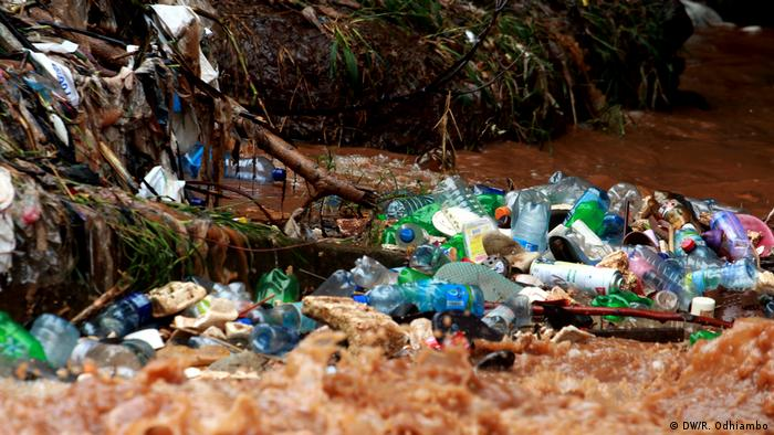 Plastic bottles floating in Nairobi River (photo: DW/R. Odhiambo)