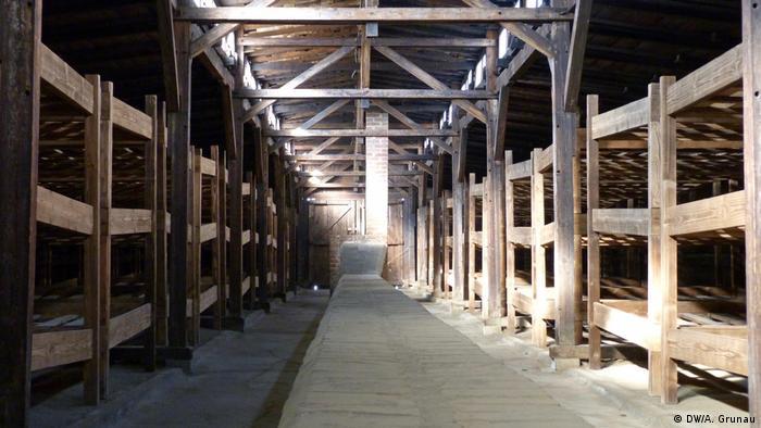Memorial Auschwitz-Birkenau: los prisioneros fueron alojados en barracas con literas de tres pisos. (DW/A. Grunau)