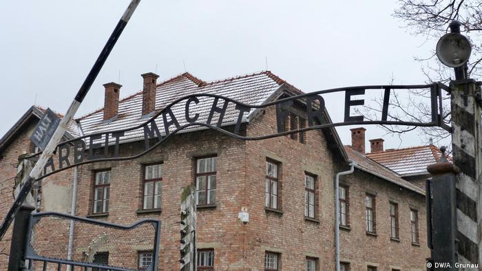 Working with free sign at Auschwitz (DW / A. Grunau)