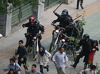 نیروی انتظامی در حال ضرب و شتم مردم در خیابانها