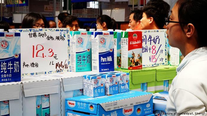 Milch aus Deutschland in chinesischen Geschäften (picture-alliance/dpa/L.Shengli)