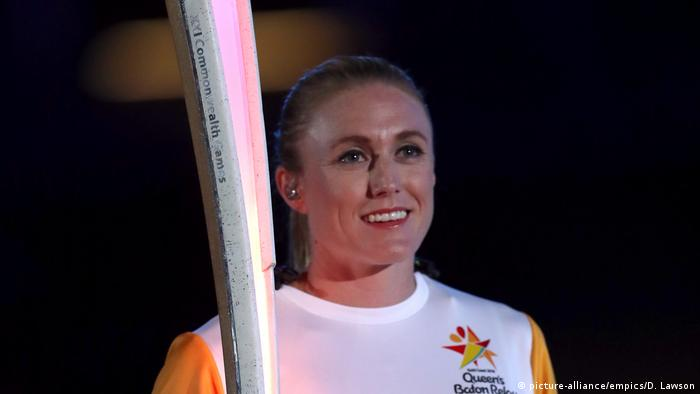 Sally Pearson holds the baton at the 2018 Commonwealth Games (picture-alliance/empics/D. Lawson)
