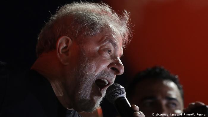 El expresidente brasileño Luiz Inácio Lula da Silva ha pasado la noche en el sindicato metalúrgico de Sao Bernardo do Campo, en Sao Paulo, a la espera de su inminente encarcelamiento. A primera hora de la mañana se registraron algunas peleas entre manifestantes y un grupo de personas intentó entrar a la fuerza en el edificio donde se encuentra Lula. (6.04.2018).