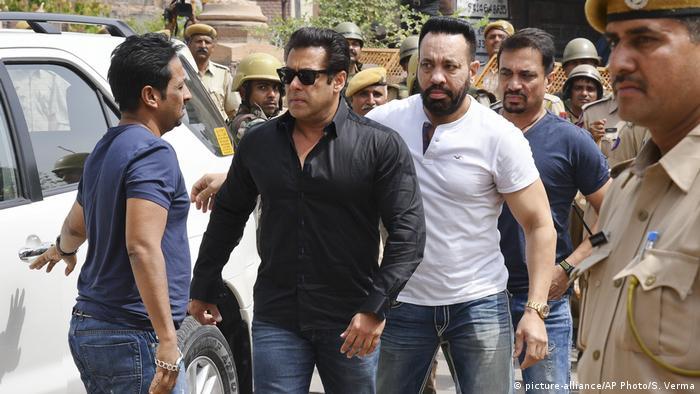 Antilope geschossen Bollywood-Star Khan wegen Wilderei zu fünf Jahren Haft verurteilt