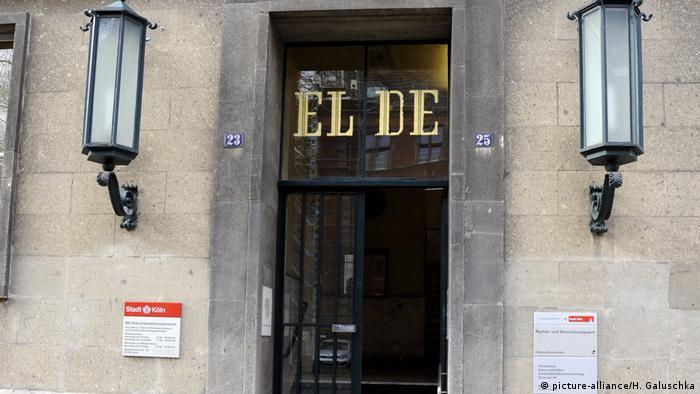 Будинок EL-DE Назва будинку EL-DE Haus походить від ініціалів першого власника, католика-комерсанта Леопольда Дамена (Leopold Damen). Щойно збудовану споруду Дамен здав в оренду гестапо, яке діяло тут з грудня 1935 року до березня 1945 року. Гестапівці перепланували будівлю зсередини під власні потреби: у підвалі з'явились десять тюремних камер і шибениця.