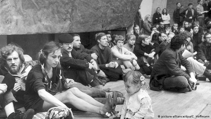 Young people sitting on the floor (picture-alliance/dpa/C. Hoffmann)