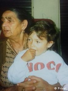 Deutschland Sinti und Roma   Bobby Guttenberger mit Großmutter Martha