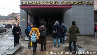 Перед зданием Петрозаводского горсуда в ожидании приговора