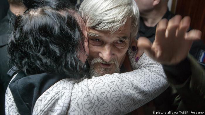 Юрия Дмитриева обнимает его дочь Катерина Клодт