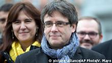 ***Archivbild*** FILE - In this Jan. 12, 2018 file photo ousted Catalan leader Carles Puigdemont, center, stands with elected Catalan lawmakers of his Together for Catalonia party at a park in Brussels. A German court ruled Thursday, April 5, 2018 that Carles Puigdemont can be released on bail pending a decision on his extradition to Spain, ruling that the most serious charge against him isn't punishable under German law. (AP Photo/Virginia Mayo, file) |