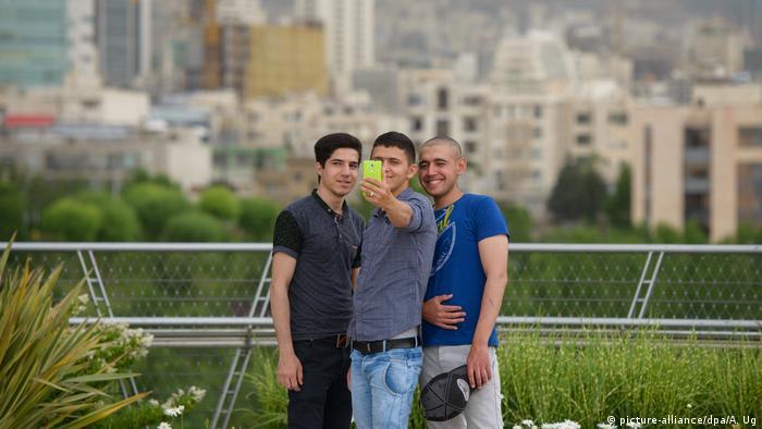 Iraner machen Selfie (picture-alliance/dpa/A. Ug)