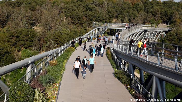 Tabiat Bridge wins Aga Khan Award for Architecture (picture-alliance /dpa/A. Taherkenareh)