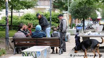 Männer mit Bierflaschen sitzen am Helmholtzplatz in Berlin Prenzlauer Berg (Foto: dpa)
