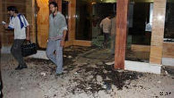 در ورودی خوابگاه دانشجویان دانشگاه تهران پس از حملهی نیروهای انتظامی و لباس شخصی