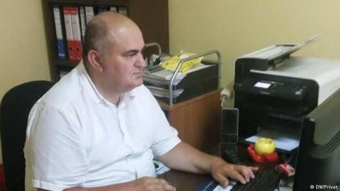 Jusić za radnim stolom pred kompjutorom