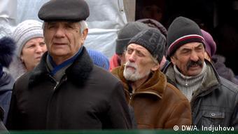 Мужчины на паспортном контроле на КПП в Донецкой области