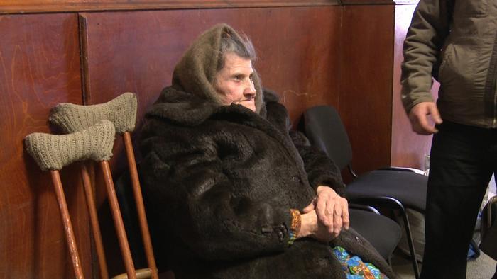 Пенсионерка из Донбасса в одном из украинских банков