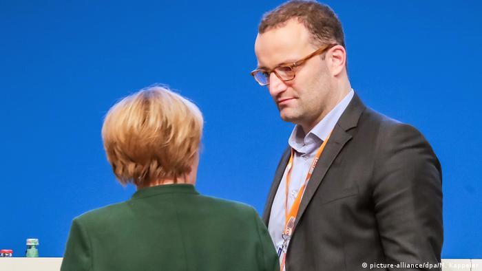 Bundeskanzlerin Merkel und Jens Spahn auf dem CDU-Parteitag in Essen (07.12.2016) (picture-alliance/dpa/M. Kappeler)