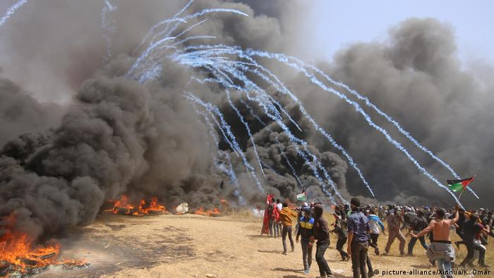 Plumes of black smoke in Gaza, protesters (picture-alliance/Xinhua/K. Omar)